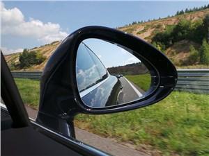 В угоду аэродинамике наружные зеркала у Porsche выполнены небольшими