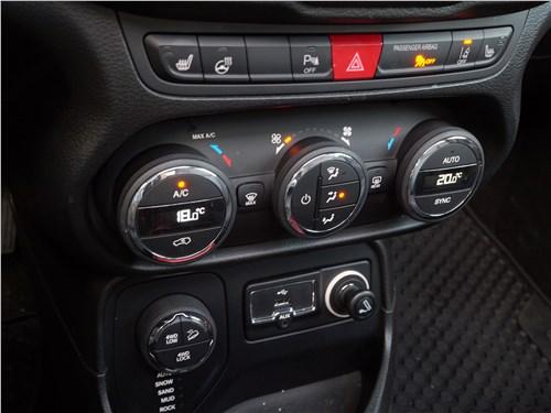 Jeep Renegade 2019 центральная консоль