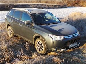 Mitsubishi Outlander 2014 вид сбоку