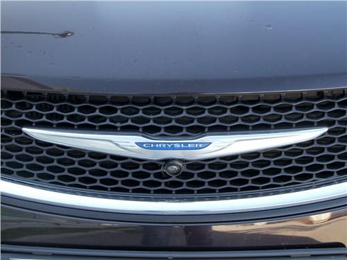 Chrysler Pacifica 2021 логотип на радиаторе