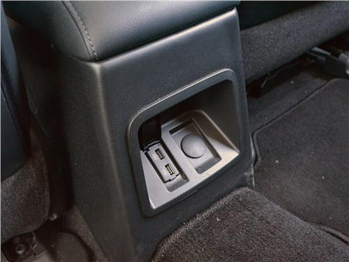 Mitsubishi Pajero Sport (2020) прикуриватель и два USB-слота