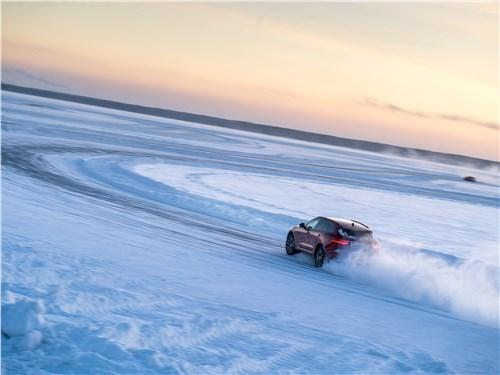 Jaguar F-Pace 2018 на треке