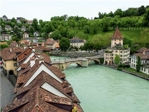 Старый Берн и река Ааре как магнит притягивают туристов со всего мира