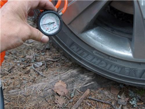При наезде на препятствие шина выглядит сдутой, но давление в ней нормальное? Значит, у нее просто мягкие боковины