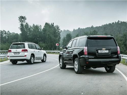 Toyota Land Cruiser и Chevrolet Tahoe вид сзади