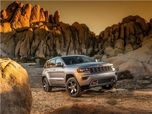 Дорогой предков (Commander V8, 5,7 л) Grand Cherokee - Jeep Grand Cherokee Trailhawk 2017 вид спереди сбоку