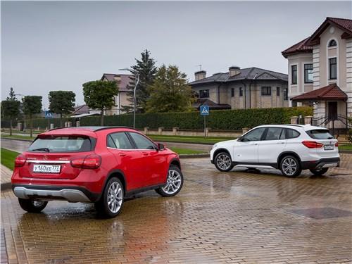 BMW X1 xDrive20i 2016 и Mercedes-Benz GLA 250 2017 вид сзади