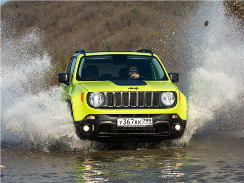 Jeep Renegade Trailhawk 2015 вид спереди