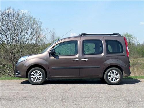 Renault Kangoo вроде бы ровно стоит на дороге. Однако в данный момент он «балластирован» пятью мешками цемента весом по 50 кг