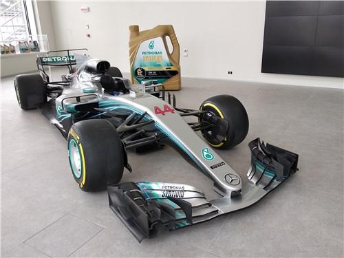 Болид команды Mercedes-AMG Petronas Motorsport встречает посетителей центра