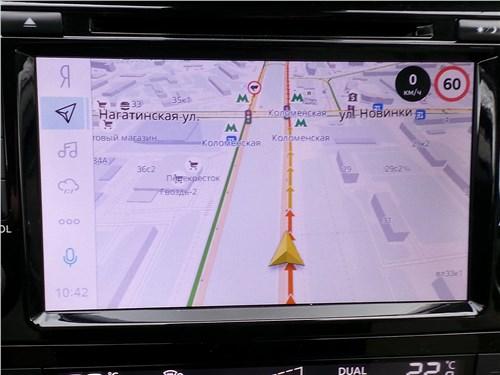 Мультимедиа Nissan X-Trail с «Яндекс.Навигатором» отражает текущую скорость автомобиля и знаки местного ограничения скоростного режима