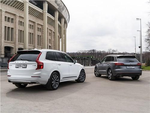 Volkswagen Touareg 3.0 TDI 2019 и Volvo XC90 2.0 D5 2015 вид сзади