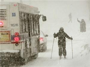 Киев занесло снегом, дороги используют как лыжню