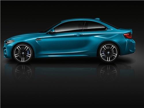 BMW M2 Coupe 2018 вид сбоку