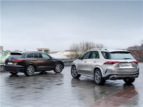 Mercedes-Benz GLE 2020 и Volkswagen Touareg 2019 вид сзади
