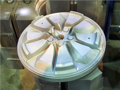 Дорогостоящие пресс формы для отливки дисков изготавливаются на СКАД с помощью точных станков с ЧПУ