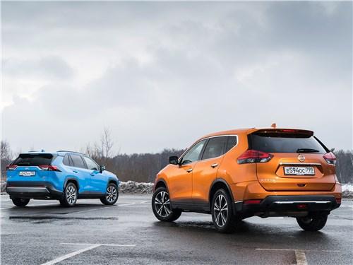 Nissan X-Trail 2018 и Toyota RAV4 2019 вид сзади