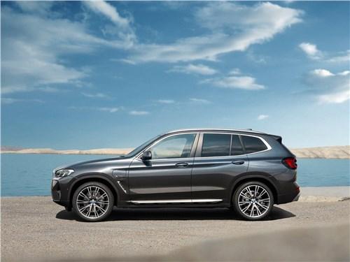 BMW X3 (2022) вид сбоку