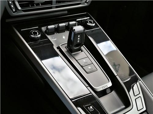 Porsche 911 Carrera 4S (2018) туннель пола между передними сиденьями