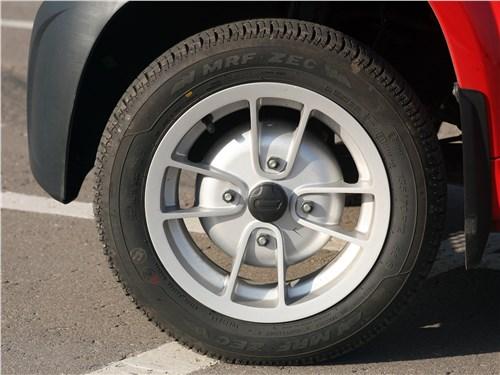 Предпросмотр bajaj qute 2016 колесо