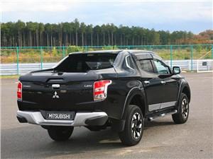 Практичный квинтет (Ford Ranger, Mazda B, Mitsubishi L200, Nissan Navara, SsangYong Musso Sports) L200 - Mitsubishi L200 2015 вид сзади
