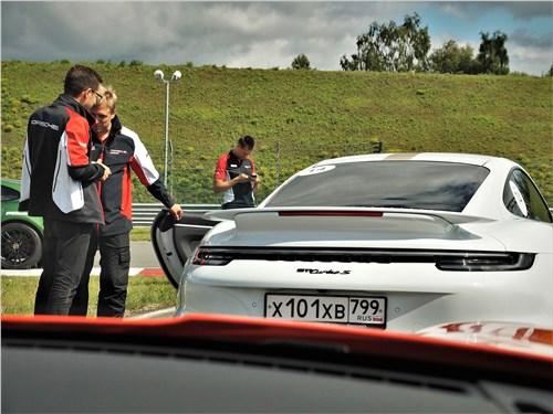 Porsche 911 Turbo S VIII (2018) задняя часть автомобиля с антикрылом