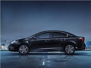 Весь мир в багажнике (Citroen C5 Tourer,Ford Mondeo,Mazda 6 Touring,Opel Insignia Sports Tourer,Renault Laguna Estate,Toyota Avensis,VW Passat ) Avensis - Toyota Avensis седан 2015 вид сбоку