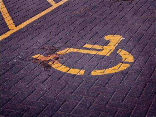 Депутаты хотят бесплатно предоставить инвалидам платные парковочные места