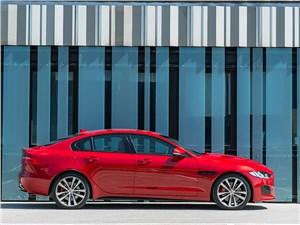 Jaguar XE 2015 вид сбоку