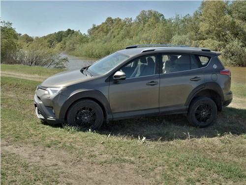 Toyota RAV4 2016 вид сбоку