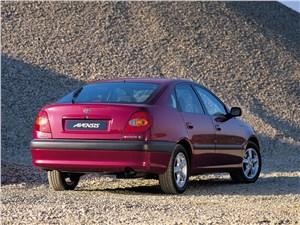 Toyota Avensis 2003 вид сзади