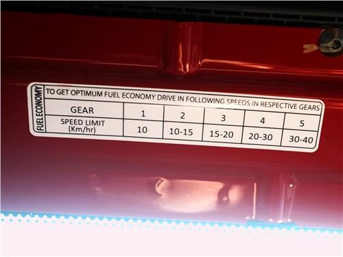 Bajaj Qute 2016 наклейка с рекомендациями по «экономному вождению»