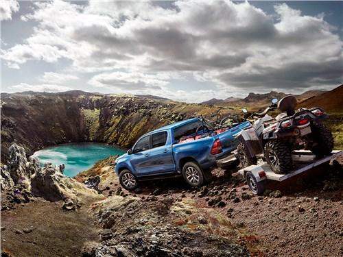Toyota HiLux 2016 вид сзади с прицепом