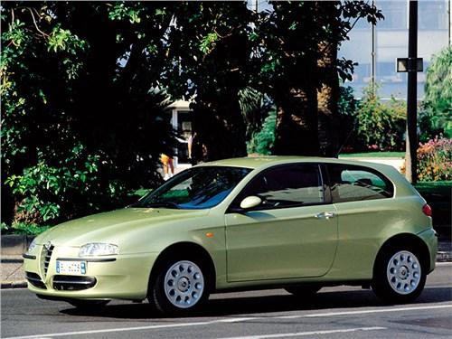 Бестселлеры. (Alfa Romeo 147, Audi A3, BMW 1, Fiat Bravo, Honda Civic, Volvo C30) 147 - Alfa Romeo 147 2000 вид сбоку