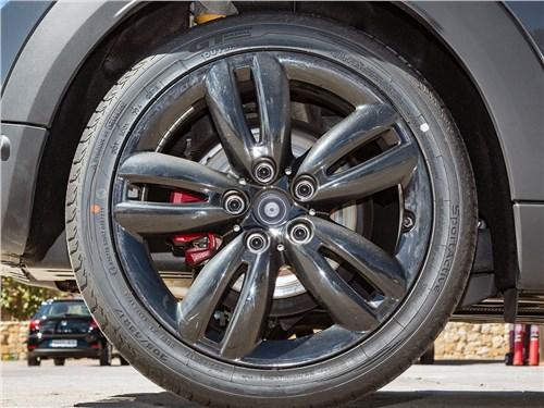 На этих сверхнизкопрофильных шинах можно разгоняться до 300 км/ч