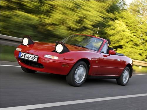 Так выглядела Mazda MX-5 предыдущего поколения. Самая характерная ее деталь – «слепые» открывающиеся фары