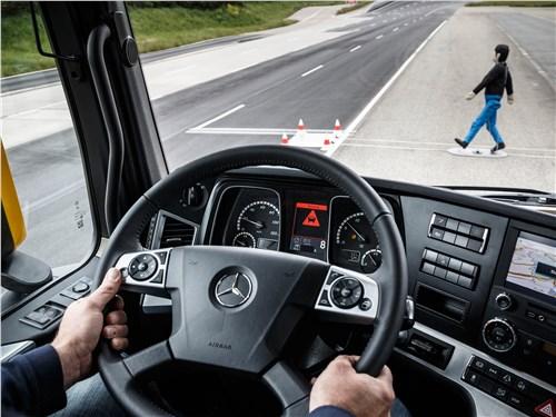 Active Brake Assist 4 умеет отслеживать пешеходов, выбегающих из-за припаркованных автомобилей