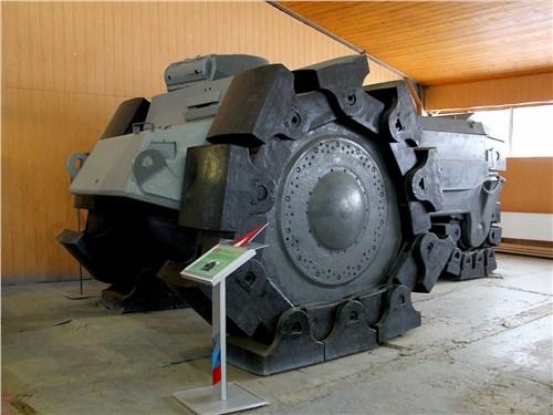 Огромный минный трал мало похож на настоящий танк. Но броня у него неплохая