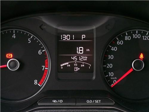 При работе двигателя на холостом ходу на панели приборов VW Polo Sedan отражается почасовой расход бензина