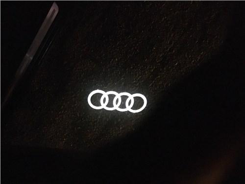 Audi Q7 (2020) логотип Audi