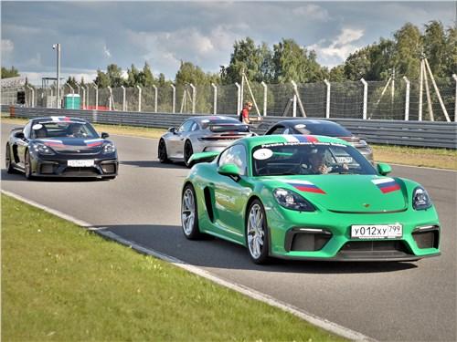 Предпросмотр автомобили porsche на трассе moscow raceway