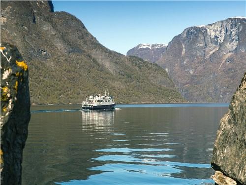 Для справки: фьорд – это узкий, извилистый и глубоко врезавшийся в сушу морской залив со скалистыми берегами