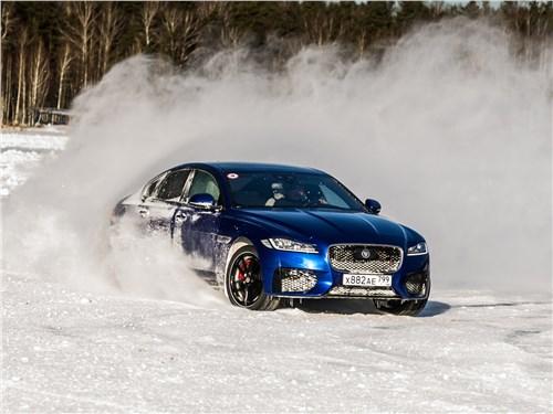 С отключенной ESP под «газом» полноприводные Jaguar послушно уходят в занос