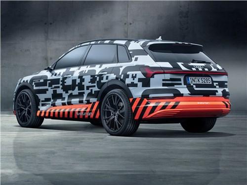 Audi e-tron Concept 2018 вид сбоку сзади