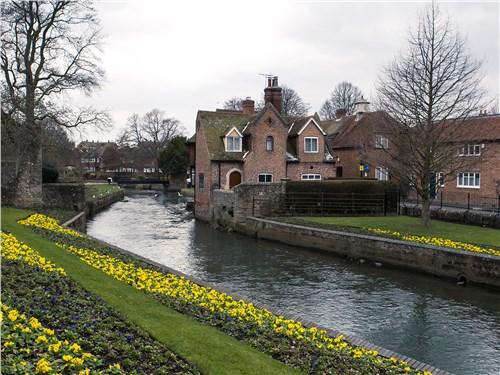 Чисто английский пейзаж: старинная архитектура и ухоженные парки
