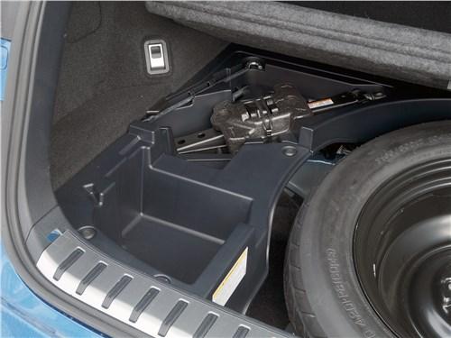 Lexus NX 200 комплектуется ромбовидным домкратом, но не спешите менять его на гидравлический. Он может банально не подойти не по весу, а по габаритам