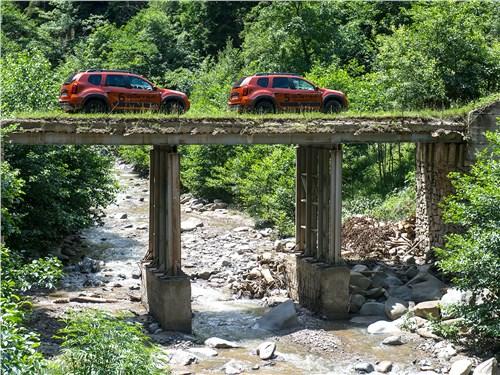 Renault Duster Dakar на мосту