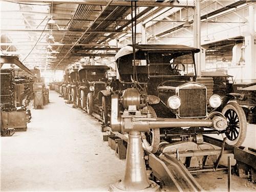 1913 год, автомобиль Ford T сходит с конвейера на заводе в Дирборне