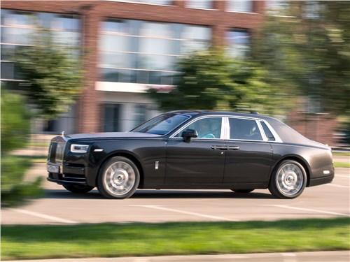 Rolls-Royce Phantom 2018 вид сбоку
