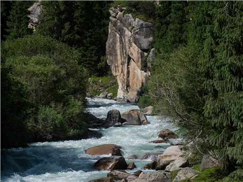В хорошую погоду вода в реках голубая или бирюзовая, в дождь она становится мутной